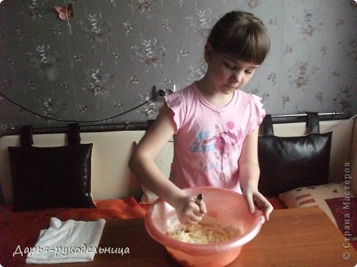 Я сейчас у бабушки потому что у нас каникулы.И решила для мамы сделать сюрприз,испечь кексы и пригласить на чай маму и папу. фото 14