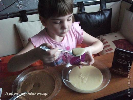 Я сейчас у бабушки потому что у нас каникулы.И решила для мамы сделать сюрприз,испечь кексы и пригласить на чай маму и папу. фото 19