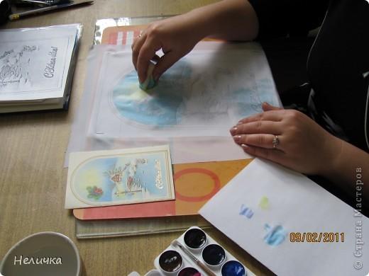 Такие картины я рисую уже более десяти лет. Эта упрощенная форма батика. Для настоящего батика нужны специальные дорогие краски, контур, ткань. Я рисую по ткани клеем ПВА и акварелью. Когда-то давным-давно, люди разрисовывали ткани вручную. И способов росписи существовало множество. Узоры наносились на ткань кисточкой, деревянными штампами – набойками или специальным составом, который позволял расписывать ткань не всю сразу, а по частям. Последним способом рисовало по ткани малайское племя батраков, откуда и пошло название росписи – батик.  фото 6