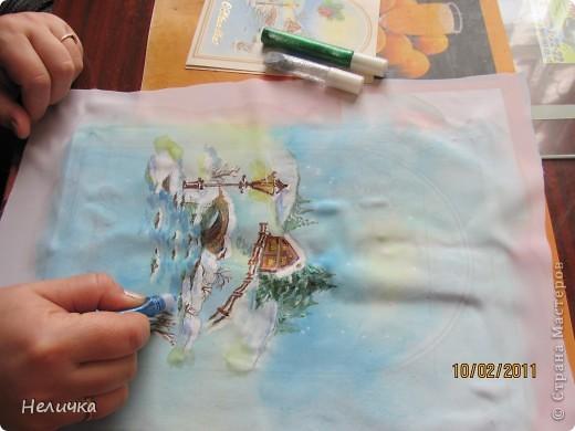 Такие картины я рисую уже более десяти лет. Эта упрощенная форма батика. Для настоящего батика нужны специальные дорогие краски, контур, ткань. Я рисую по ткани клеем ПВА и акварелью. Когда-то давным-давно, люди разрисовывали ткани вручную. И способов росписи существовало множество. Узоры наносились на ткань кисточкой, деревянными штампами – набойками или специальным составом, который позволял расписывать ткань не всю сразу, а по частям. Последним способом рисовало по ткани малайское племя батраков, откуда и пошло название росписи – батик.  фото 7