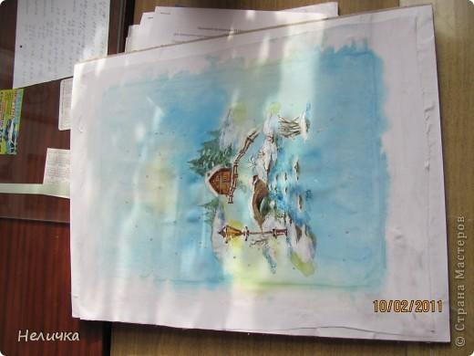 Такие картины я рисую уже более десяти лет. Эта упрощенная форма батика. Для настоящего батика нужны специальные дорогие краски, контур, ткань. Я рисую по ткани клеем ПВА и акварелью. Когда-то давным-давно, люди разрисовывали ткани вручную. И способов росписи существовало множество. Узоры наносились на ткань кисточкой, деревянными штампами – набойками или специальным составом, который позволял расписывать ткань не всю сразу, а по частям. Последним способом рисовало по ткани малайское племя батраков, откуда и пошло название росписи – батик.  фото 9