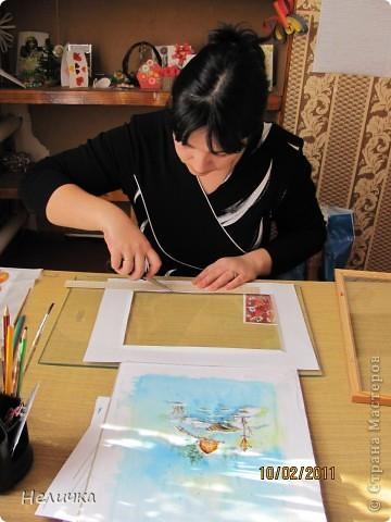 Такие картины я рисую уже более десяти лет. Эта упрощенная форма батика. Для настоящего батика нужны специальные дорогие краски, контур, ткань. Я рисую по ткани клеем ПВА и акварелью. Когда-то давным-давно, люди разрисовывали ткани вручную. И способов росписи существовало множество. Узоры наносились на ткань кисточкой, деревянными штампами – набойками или специальным составом, который позволял расписывать ткань не всю сразу, а по частям. Последним способом рисовало по ткани малайское племя батраков, откуда и пошло название росписи – батик.  фото 10