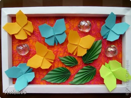 """Рамка из плотной бумаги для черчения. Фон - оранжевый картон, поверх которого накрахмаленные нити. Композиция из бабочек и листьев из бумаги и трёх декоративных прозрачных камешков - """"куколки"""" будущих бабочек. фото 22"""