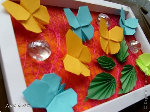 """Рамка из плотной бумаги для черчения. Фон - оранжевый картон, поверх которого накрахмаленные нити. Композиция из бабочек и листьев из бумаги и трёх декоративных прозрачных камешков - """"куколки"""" будущих бабочек. фото 1"""