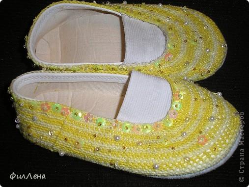 На Новый год бабушка подарила желтое красивое платье. Посчитав что белые чешки это банально, в голове родилась идея их преобразить. Результат ее воплощения вы виде на фото.  фото 3