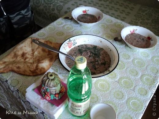 """Лобио (лобия) - блюдо грузинской кухни из зеленой стручковой или сухой фасоли, которое готовят по нескольким десяткам рецептов. В переводе с грузинского """"лобия"""" означает фасоль. Вкусовое разнообразие блюда достигается добавлением разных приправ. Самыми распространенными и постоянными компонентами являются лук, растительное масло и винный уксус. Мы как всегда предлагаем самый экономный из самых вкусных вариантов. :) фото 17"""