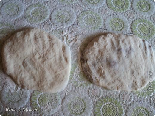 После лобио http://stranamasterov.ru/node/170751 осталось немного вареной фасоли. Так почему бы не сделать лобиани? Просто добавим в фасоль жареный лук, киндзу, перец, соль и этим всем начиним дрожжевое тесто. фото 2