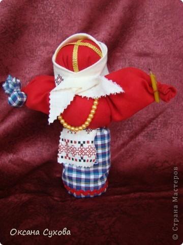 Кукла обрядовая. Делалается во время поста из ткани красного цвета, лицо украшает крест. Кукла вместе с куличом и крашенными яйцами ставилась на стол.  фото 1