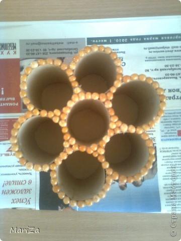 Всё, что нам понадобится, это картонные основы от рулонов туалетной бумаги, шпажки для барбекю, горох, клей, плотный картон и лак. фото 6