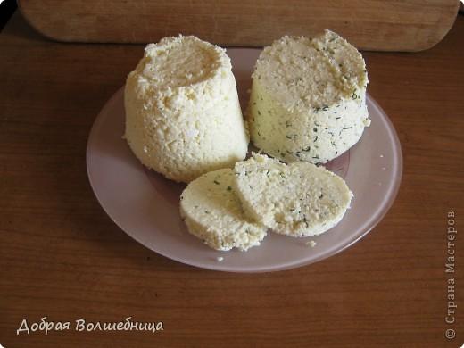 Наша семья очень любит домашний сыр. Технология приготовления довольно проста,  да и компоненты не затратны. На 2 литра молока  0,5л кефира,  1 яйцо, 1 ч л соли, щепотка мускатного ореха (можно и другие специи на ваш вкус), зелень ( если захочется).  фото 1
