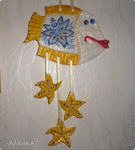 Я тоже попробовала сделать рыбок. Вот такие они получились.  Эта с цветком из салфетки (мама сказала называется декупаж). Я первый раз делала. Папа даже не знал, что так можно. Спросил, кто мне нарисовал цветок. фото 1