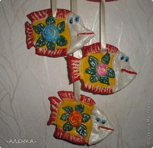 Я тоже попробовала сделать рыбок. Вот такие они получились.  Эта с цветком из салфетки (мама сказала называется декупаж). Я первый раз делала. Папа даже не знал, что так можно. Спросил, кто мне нарисовал цветок. фото 7