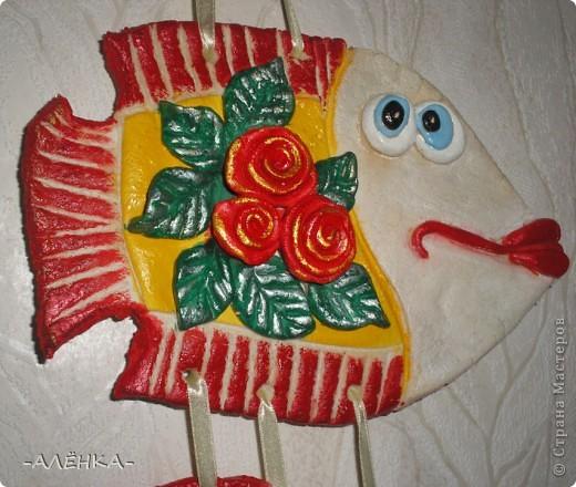 Я тоже попробовала сделать рыбок. Вот такие они получились.  Эта с цветком из салфетки (мама сказала называется декупаж). Я первый раз делала. Папа даже не знал, что так можно. Спросил, кто мне нарисовал цветок. фото 6