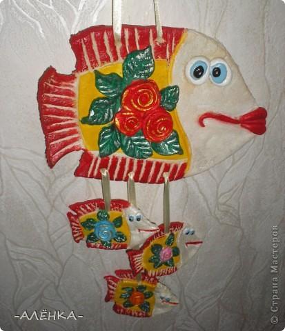 Я тоже попробовала сделать рыбок. Вот такие они получились.  Эта с цветком из салфетки (мама сказала называется декупаж). Я первый раз делала. Папа даже не знал, что так можно. Спросил, кто мне нарисовал цветок. фото 5