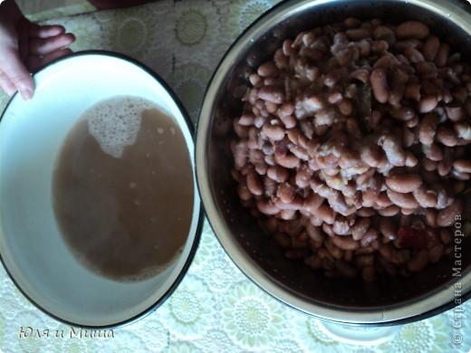 """Лобио (лобия) - блюдо грузинской кухни из зеленой стручковой или сухой фасоли, которое готовят по нескольким десяткам рецептов. В переводе с грузинского """"лобия"""" означает фасоль. Вкусовое разнообразие блюда достигается добавлением разных приправ. Самыми распространенными и постоянными компонентами являются лук, растительное масло и винный уксус. Мы как всегда предлагаем самый экономный из самых вкусных вариантов. :) фото 3"""