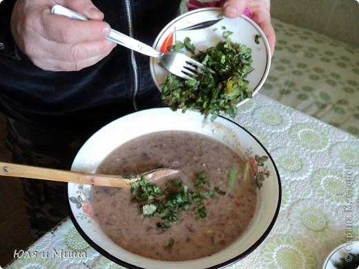 """Лобио (лобия) - блюдо грузинской кухни из зеленой стручковой или сухой фасоли, которое готовят по нескольким десяткам рецептов. В переводе с грузинского """"лобия"""" означает фасоль. Вкусовое разнообразие блюда достигается добавлением разных приправ. Самыми распространенными и постоянными компонентами являются лук, растительное масло и винный уксус. Мы как всегда предлагаем самый экономный из самых вкусных вариантов. :) фото 13"""