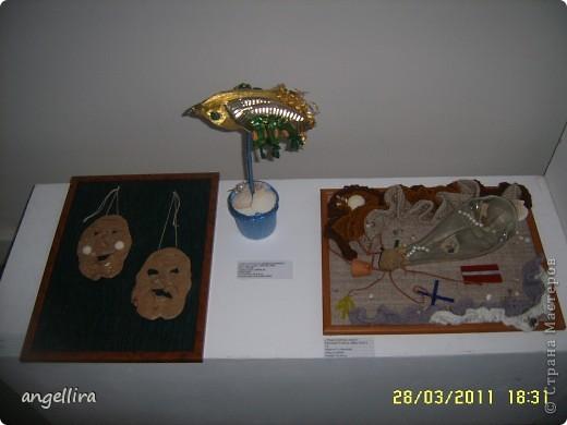 В Елгавском историко-художественном музее им.Гедерта Элиаса открылась выставка работ учащихся городских школ «Вещи и образы». Визуальное искусство, прикладное, искусство среды - свои созданные в разной технике рисунки, картины и объекты, композиции из искусственных цветов, вышитые подушки, керамику, тотемы, броши и пуговицы представили на суд публики ученики школ, в которых работают кружки изобразительного искусства. фото 7