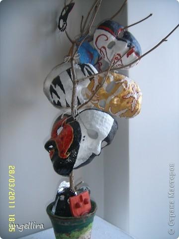 В Елгавском историко-художественном музее им.Гедерта Элиаса открылась выставка работ учащихся городских школ «Вещи и образы». Визуальное искусство, прикладное, искусство среды - свои созданные в разной технике рисунки, картины и объекты, композиции из искусственных цветов, вышитые подушки, керамику, тотемы, броши и пуговицы представили на суд публики ученики школ, в которых работают кружки изобразительного искусства. фото 17