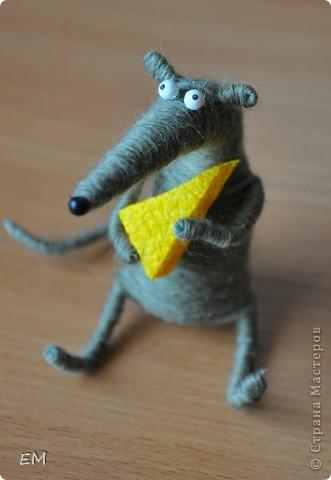 Вдохновилась игрушкой Экзотики http://stranamasterov.ru/node/159193, и смастерила вот такого крыса по МК автора идеи http://nemalenkyi.ru/post131534997/ ))) Делается 2 часа, в высоту не дотягивает до 7-ми сантиметров. Мне нравится наш новый самодельный житель) фото 1