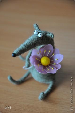 Вдохновилась игрушкой Экзотики http://stranamasterov.ru/node/159193, и смастерила вот такого крыса по МК автора идеи http://nemalenkyi.ru/post131534997/ ))) Делается 2 часа, в высоту не дотягивает до 7-ми сантиметров. Мне нравится наш новый самодельный житель) фото 2