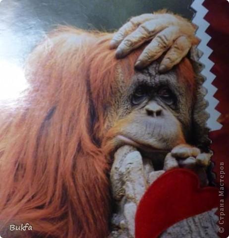 Однажды мне муж подарил такую открыточку, с грустной обезьяной. (Ну, вот сейчас вышибло из головы, как она зовется. Потом подпишу, может быть.) Расписался на ней. Я ее много лет носила в сумочке: то закладкой в книге, то в документах лежала она. Вся помялась и потускнела.  Сегодня не хожу и, сидя за компом, придумала себе занятие: восстановила открытку, используя то, что было буквально под рукой, и поставила на видное место... фото 2