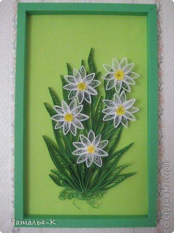Листочки делала по МК от МаryBond, спасибо большое. А цветы не знаю как назвать, на нарциссы не похожи. Пусть будут просто весенние цветы. Рамочка из бумаги 15х24.