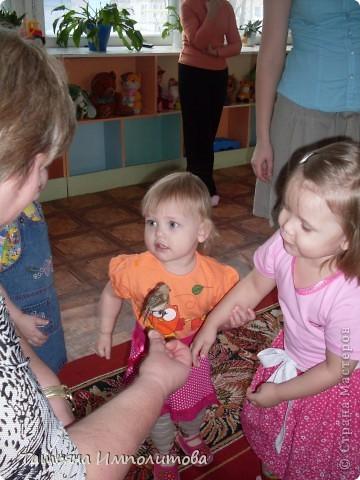 """Клуб """"Капелька"""" организован для детей с одного года до трёх лет.Мы ходим на занятия уже второй год,в этом году София (3,3)захотела приобщить и свою младшую сестрёнку Варюшу(1,6) фото 19"""