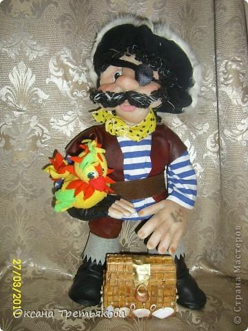 Вот такого пирата я сшила дочери в класс. Она учится в 1 классе, и класс у них называется Остров Сокровищ. Очень хотелось подарить что-то для класса, для их прекрасной учительницы. И вот родилась такая идея с пиратом. Не знаю как получилось - домашним нравится, единственное муж говорит, что пират должен быть злее. Но злые куклы у меня не получаются. Вообщем вот такой вот добродушный пират!!!! Пока шила для вдохновения смотрела наш всем известный любимый мультик Остров Сокровищ. Очень мне нравятся там пиратикик, которые поют - группа Гротеск. Поэтому образ собирательный.  Рост пирата 42 см. фото 1