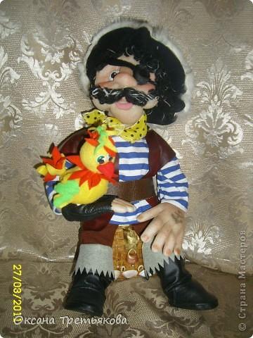 Вот такого пирата я сшила дочери в класс. Она учится в 1 классе, и класс у них называется Остров Сокровищ. Очень хотелось подарить что-то для класса, для их прекрасной учительницы. И вот родилась такая идея с пиратом. Не знаю как получилось - домашним нравится, единственное муж говорит, что пират должен быть злее. Но злые куклы у меня не получаются. Вообщем вот такой вот добродушный пират!!!! Пока шила для вдохновения смотрела наш всем известный любимый мультик Остров Сокровищ. Очень мне нравятся там пиратикик, которые поют - группа Гротеск. Поэтому образ собирательный.  Рост пирата 42 см. фото 7