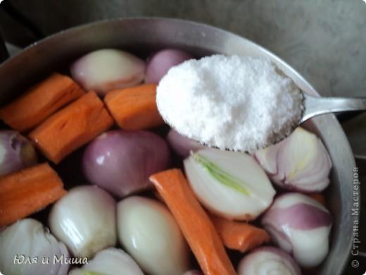Для начала нам понадобится полкило рыбы хэк (1 шт), 1 большая морковка и 8 луковиц. Все это крупно нарезаем и закладываем в каструлю. фото 2