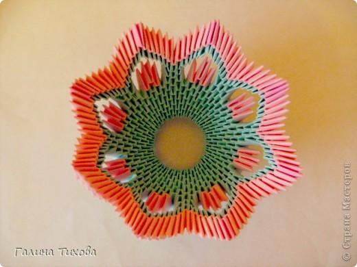 Для создания этой вазы вам потребуется 1032 модуля: 608 голубых и 424 розовых. фото 17