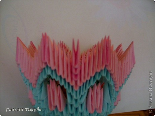 Для создания этой вазы вам потребуется 1032 модуля: 608 голубых и 424 розовых. фото 18