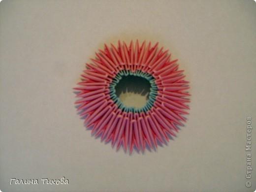 Для создания этой вазы вам потребуется 1032 модуля: 608 голубых и 424 розовых. фото 31