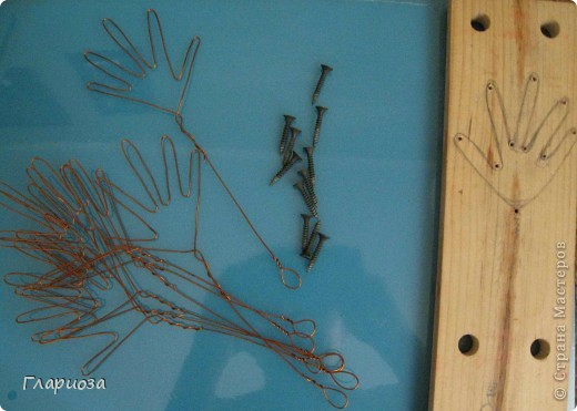 Дощечка с нарисованной ладошкой и вкрученные шурупы, по которым гнуть проволоку фото 3