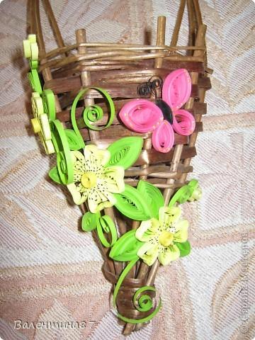 Нашла старую, не очень красивую корзинку, решила украсить...На поверхность корзинки нанесла сухой кистью немного золотой краски, чтобы выглядела побогаче, а за цветочки спасибо Anjuta http://stranamasterov.ru/node/65169?c=favorite фото 3