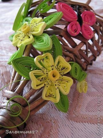 Нашла старую, не очень красивую корзинку, решила украсить...На поверхность корзинки нанесла сухой кистью немного золотой краски, чтобы выглядела побогаче, а за цветочки спасибо Anjuta http://stranamasterov.ru/node/65169?c=favorite фото 2