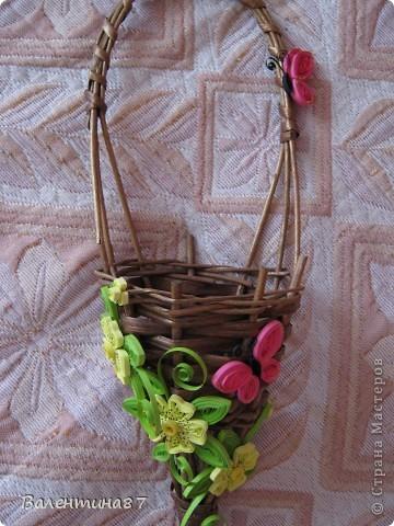 Нашла старую, не очень красивую корзинку, решила украсить...На поверхность корзинки нанесла сухой кистью немного золотой краски, чтобы выглядела побогаче, а за цветочки спасибо Anjuta http://stranamasterov.ru/node/65169?c=favorite фото 4