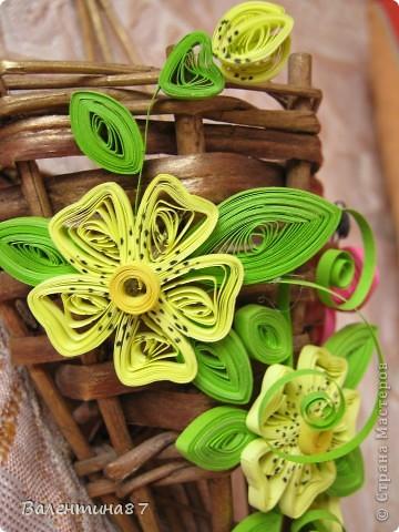 Нашла старую, не очень красивую корзинку, решила украсить...На поверхность корзинки нанесла сухой кистью немного золотой краски, чтобы выглядела побогаче, а за цветочки спасибо Anjuta http://stranamasterov.ru/node/65169?c=favorite фото 1