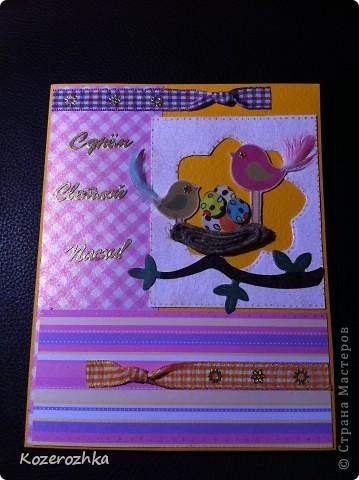 Продолжение открыточек к Пасхе. Первая открыточка: бумага для пастели, бумага из детской серии, акварельная бумага, тесьма двух цветов, вощеная нить, акриловая белая краска, кракелюрный лак, золотой контур по стеклу и керамике, золотые наклейки (надпись и цветочки), пёрышки, машинка для вырубки и тиснения, бордюрный дырокол. фото 2