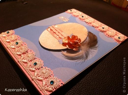Продолжение открыточек к Пасхе. Первая открыточка: бумага для пастели, бумага из детской серии, акварельная бумага, тесьма двух цветов, вощеная нить, акриловая белая краска, кракелюрный лак, золотой контур по стеклу и керамике, золотые наклейки (надпись и цветочки), пёрышки, машинка для вырубки и тиснения, бордюрный дырокол. фото 5
