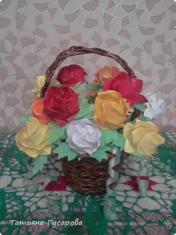 Эту корзину роз делала в подарок коллеге на день рождения. Роза Фукуяма, роза оригами. Схему брала здесь http://ourworldgame.ru/roza-fukuyama-roza-origami/   Корзину плела из газетных трубочек.