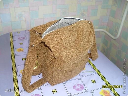 вот решила вчера сшить себе сумку, чтоб носить через плечо, на длинном ремне (когда маленькие дети, мне кажется удобно). Получилась правда как у почтальона, но ткань мягкая, приятная на ощуп....))) фото 2