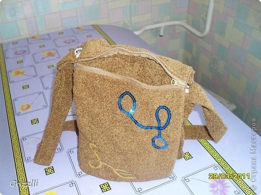 вот решила вчера сшить себе сумку, чтоб носить через плечо, на длинном ремне (когда маленькие дети, мне кажется удобно). Получилась правда как у почтальона, но ткань мягкая, приятная на ощуп....))) фото 3