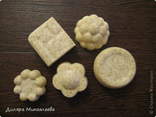мыло-скраб с добавлением: молока,меда,геркулеса, оливкового масла, эфирного масла апельсина и мандарина