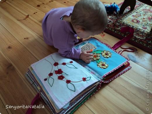 Книга достаточно большая, но и делалась она достаточно долго! Сначала всё вручную шила, а потом отдала маме и она на машинке мне пристрочила всё по-быстрому, а то я бы её и до третьего ребёнка не доделала)) фото 17