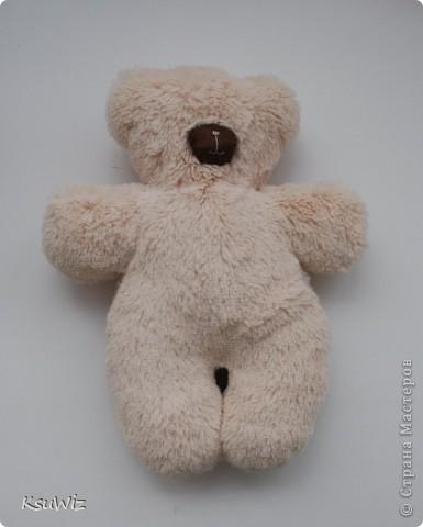 Доброе время суток! Вот такой вот медвежонок получился из искусственного меха. Наполнитель - холлофайбер, но, наверное, если сделать пузико с гранулятом, получится совсем тискательно =) Впрочем и так он очень ласковый, наверное из-за шелковистого меха. фото 1