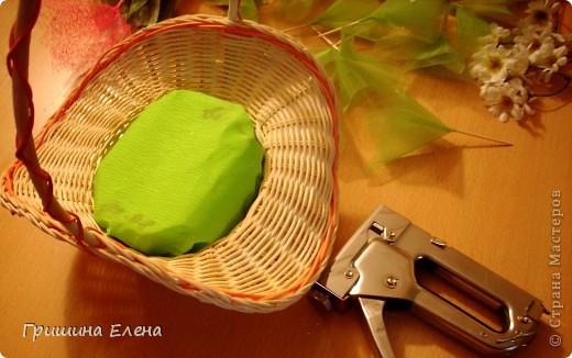 И снова здравствуйте! Делюсь очередным опытом по созданию конфетного букета. Еще несколько месяцев назад я сама еще к ним присматривалась, смотрела что к чему, и самое главное для меня было выяснить - как достать конфеты не повредив букет, поэтому остановлюсь на этом поподробнее. фото 7