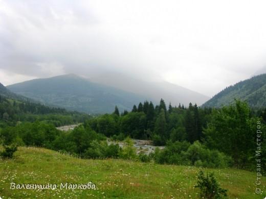 Несколько лет в конце июля-начале августа мне удается провести недельку в горах Карачаево-Черкессии.Прожить несколько дней в палатке под огромной сосной на берегу быстрой горной речки Лабы-это заряд энергии, красоты, позитива на целый год. У меня уже большой архив фотографий. Поделюсь я с Вами только пейзажами.На фотографиях не будет людей, потому что,  в принципе, в тех местах,где мы отдыхаем их нет(за исключением таких же сумасшедших, влюбленных в горы).Добираться к той заветной поляне нам приходится около 4-х часов по горной дороге, а протяженность той дороги всего 70 км. Этоогромный выброс адреналина, но это того стоит. Заинтриговала, тогда...ПОЕХАЛИ!  фото 1
