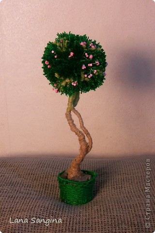 Яблоня. Крона дерева - бубон из пряжи разных оттенков зеленого. Яблоки - бисер на проволочках. Ствол - проволока, обмотанная нитью. Основание - гипс с черным пигментом и плетеная корзинка из тонкой проволоки и тех же ниток, что  крона дерева. фото 2