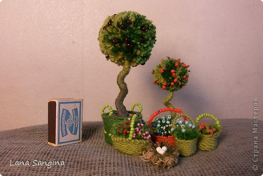 Яблоня. Крона дерева - бубон из пряжи разных оттенков зеленого. Яблоки - бисер на проволочках. Ствол - проволока, обмотанная нитью. Основание - гипс с черным пигментом и плетеная корзинка из тонкой проволоки и тех же ниток, что  крона дерева. фото 3